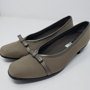 Munro American Taupe Flats, size 7